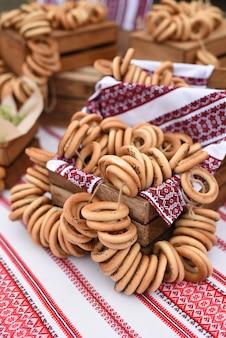 Bagels e bagels secos em uma mesa com uma toalha de mesa pintada de ucraniano