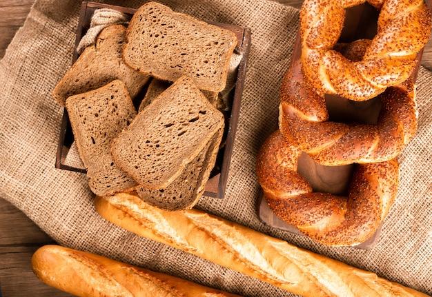 Bagels turcos com baguete francesa e fatias de pão na caixa