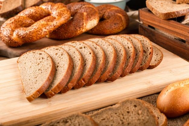 Bagels turcos e fatias de pão