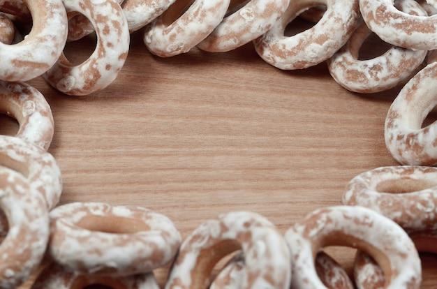 Bagels vitrificados na mesa de madeira