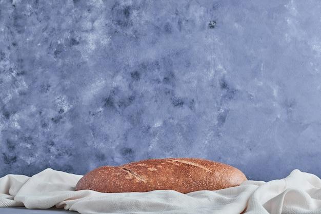 Baguete artesanal em uma toalha de mesa branca.