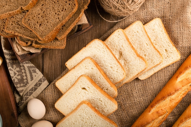 Baguete com fatias de pão integral e marrom