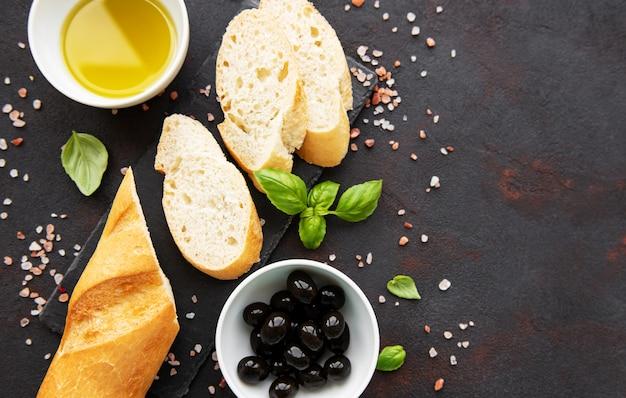 Baguete crocante fresca fatiada com azeitona e especiarias
