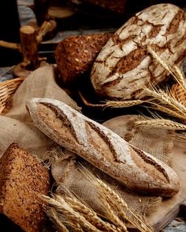 Baguete de grão integral orgânico colocado no tecido de linho