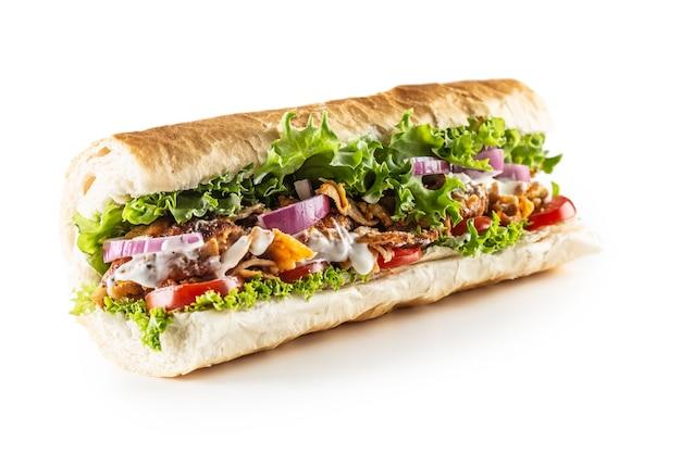 Baguete de kebab turca isolada com porção generosa de vegetais e carne de vitela ou frango devidamente grelhada.