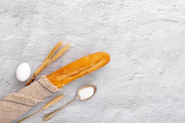 Baguete de vista superior embrulhada em um tecido de estopa