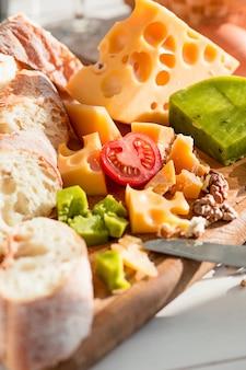 Baguete e queijo na mesa de madeira