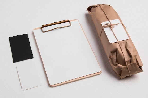 Baguete envolto em ângulo alto com bloco de notas em branco e etiquetas