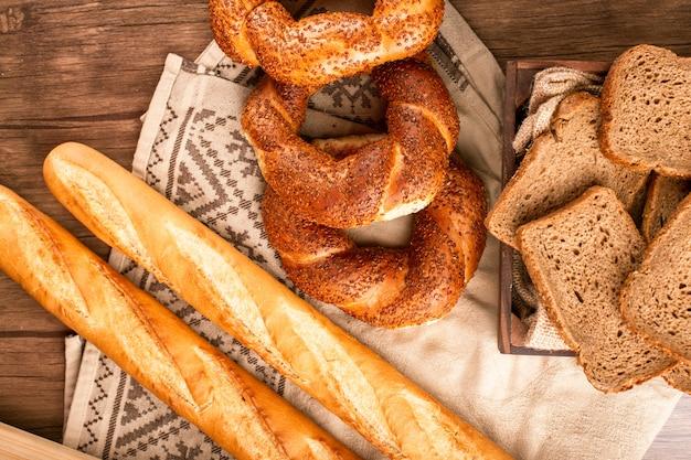 Baguete francesa com bagels turcos e fatias de pão na caixa