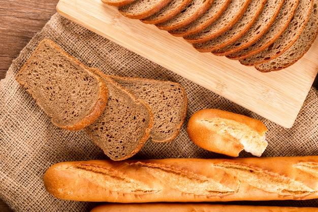 Baguete francesa com fatias de pão