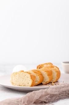 Baguete francesa fatiada e vista frontal de pano