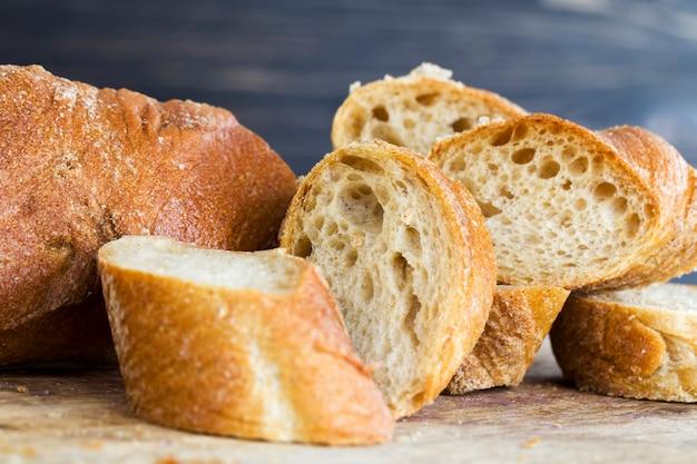 Baguete light de farinha de centeio, close-up da comida na tábua de corte da cozinha