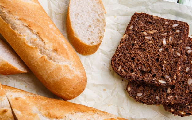 Baguete quente e pão preto Foto Premium