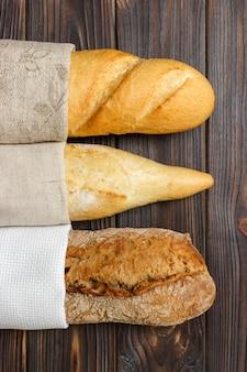 Baguetes caseiros na mesa de madeira
