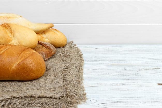 Baguetes de pão na madeira pintada branca rústica