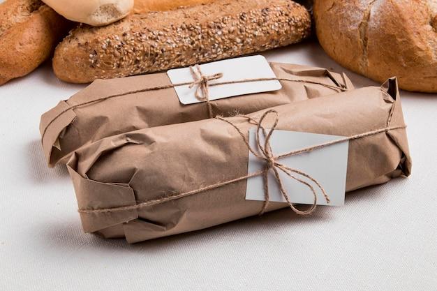 Baguetes enroladas em ângulo alto com pão