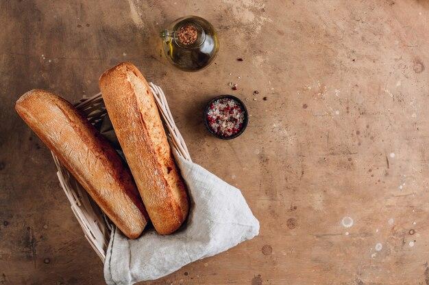 Baguetes francesas em fundo marrom rústico