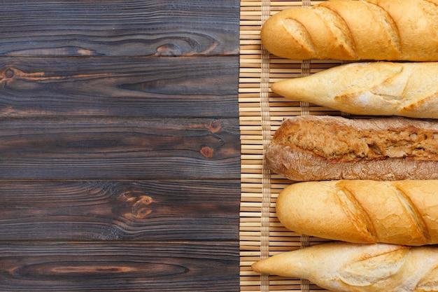Baguetes franceses recém-assados na mesa de madeira branca