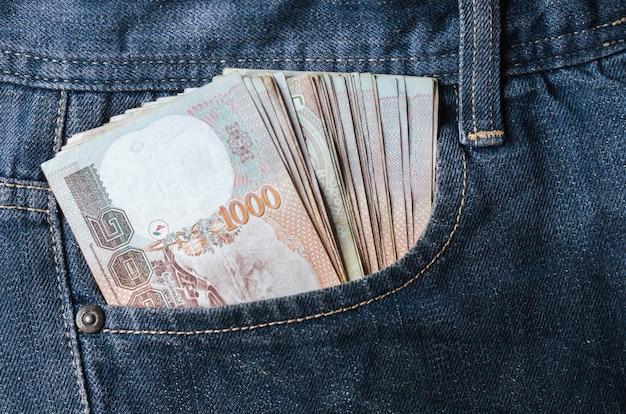 Baht grana dentro de jeans bolso tailândia moeda numerário finanças