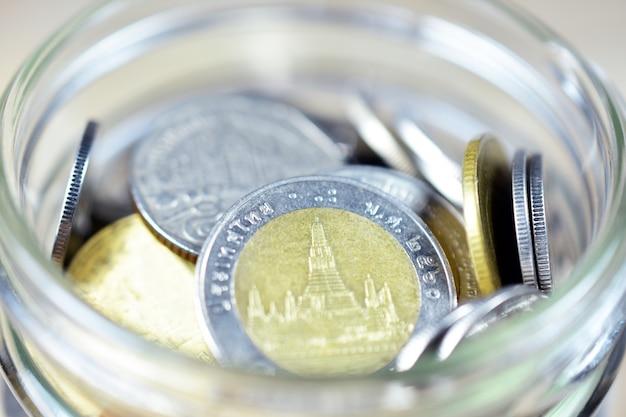 Baht tailandês em uma jarra de vidro