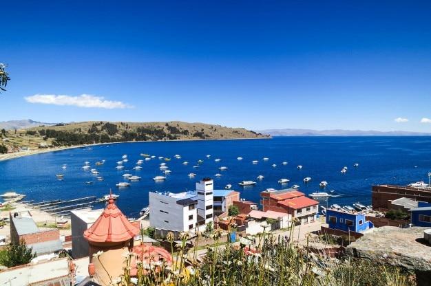 Baía azul cheio de barcos