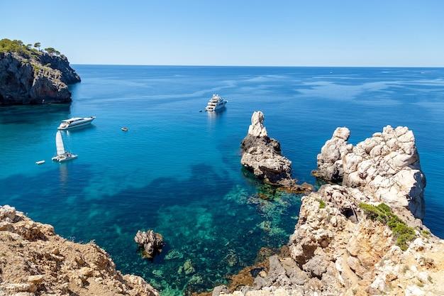 Baía azure com águas cristalinas que oferece vistas incríveis das vastas extensões