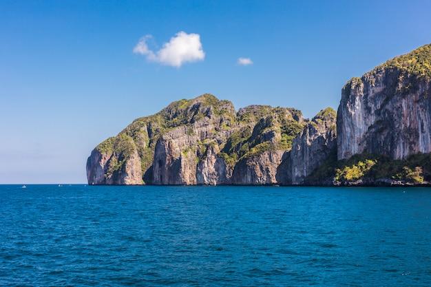 Baía bonita da ilha de phi phi no tempo do dia
