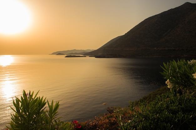 Baía da grécia ao pôr do sol