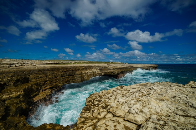 Baía de devil's bridge - mar tropical caribenho - antígua e barbuda