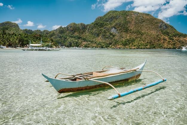 Baía de el nido com barcos banca localizados na ilha de palawan, filipinas