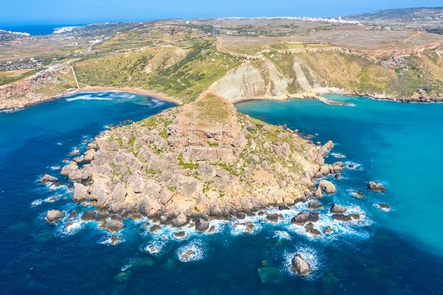 Baía de gnejna e ghajn tuffieha na ilha de malta. vista aérea da altura das falésias coastlinescenic perto do mar de águas turquesa do mediterrâneo.