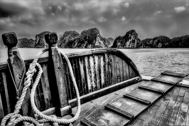 Baía de ha long, no vietnã, retirada de um barco de madeira