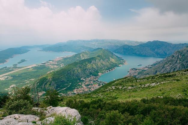 Baía de kotor das alturas vista do monte lovcen para a baía