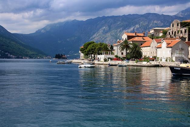 Baía de kotor e cenário pitoresco da cidade velha no verão. montenegro.