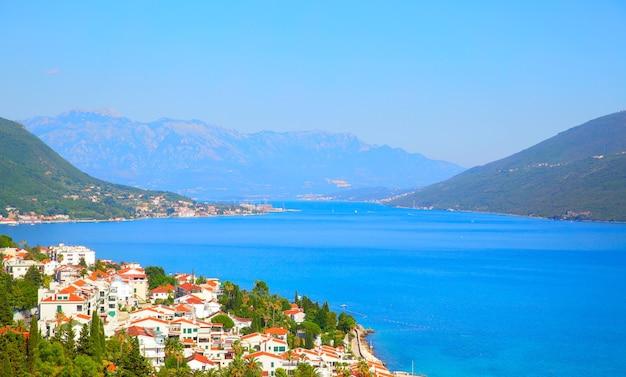Baía de kotor e cidade de herceg novi em montenegro