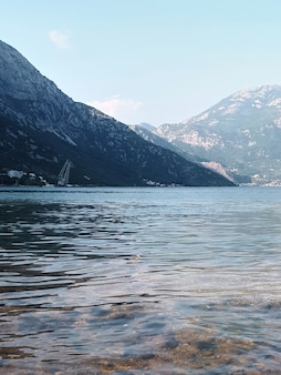 Baía de kotor e montanhas em montenegro
