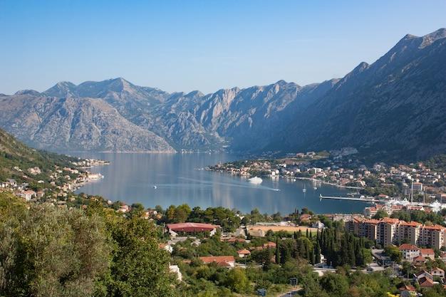 Baía de kotor em montenegro e cidade velha murada. visão geral