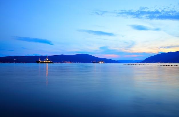 Baía de kotor perto de tivat ao pôr do sol, montenegro