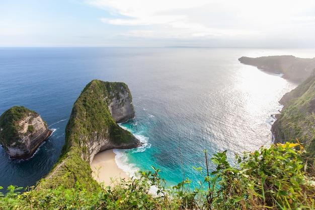 Baía de manta ou praia de kelingking na ilha de nusa penida, bali, indonésia