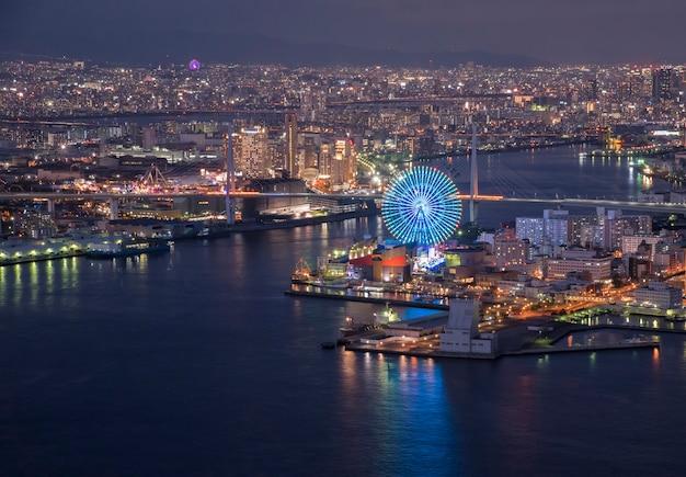Baía de osaka ao entardecer, vista sobre a torre cosmo, osaka japão
