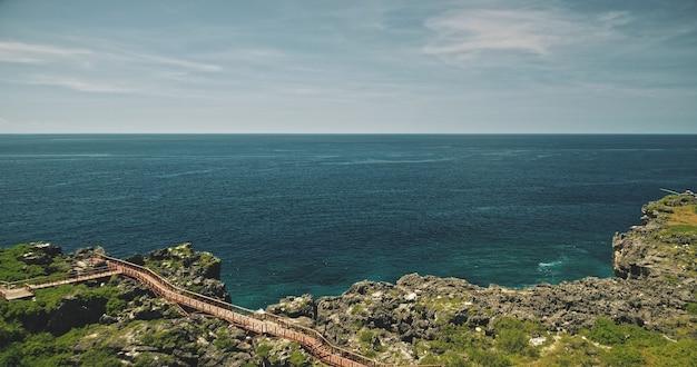 Baía do mar com vista aérea do penhasco verde