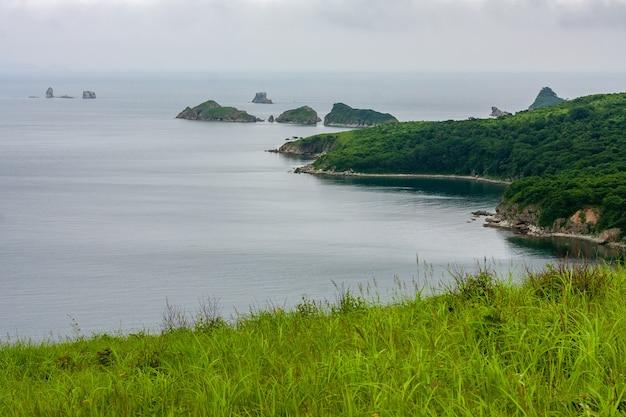 Baía do mar do topo de uma colina de uma costa montanhosa