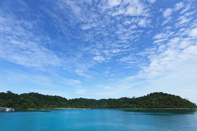 Baía do oceano da ilha de koh chang em lindo dia de sol