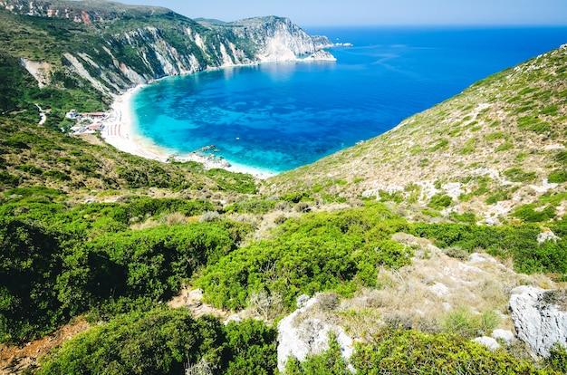 Baía e praia de myrtos na ilha de kefalonia, grécia