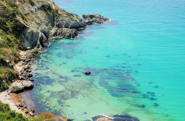 Baía na costa do mar negro no verão