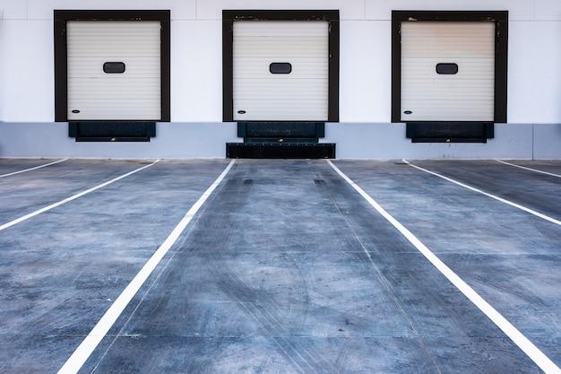 Baias de carregamento para caminhões em uma empresa de transporte de mercadorias moderna