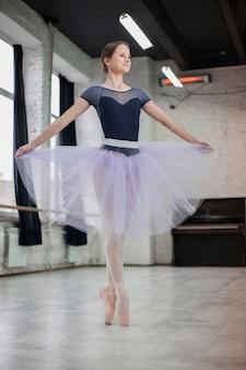 Bailarina bonita em estúdio