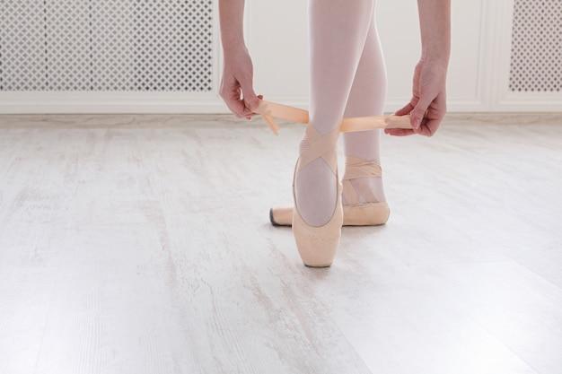 Bailarina calça sapatilhas de balé