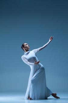 Bailarina clássica dançando no azul