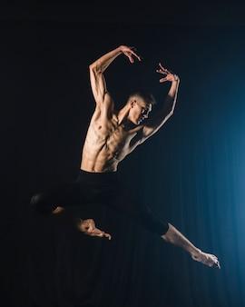 Bailarina dançando com calças justas